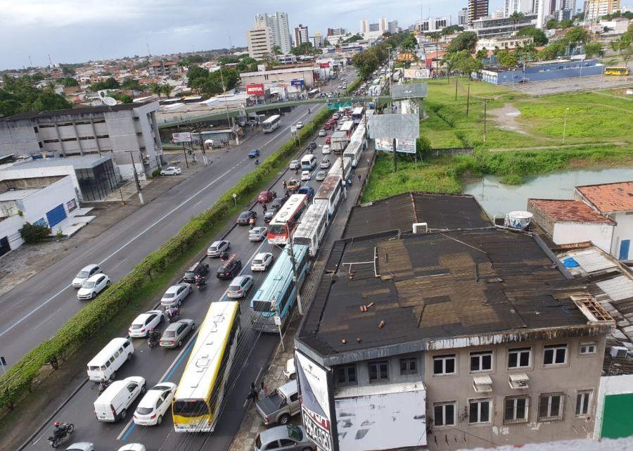 Sem salários, motoristas do transporte escolar de Maceió resolvem parar