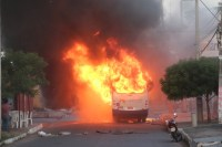 Ônibus urbano pega fogo na Região Metropolitana de Natal