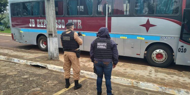 Receita Federal e Batalhão de Fronteira apreendem ônibus com produtos contrabandeados