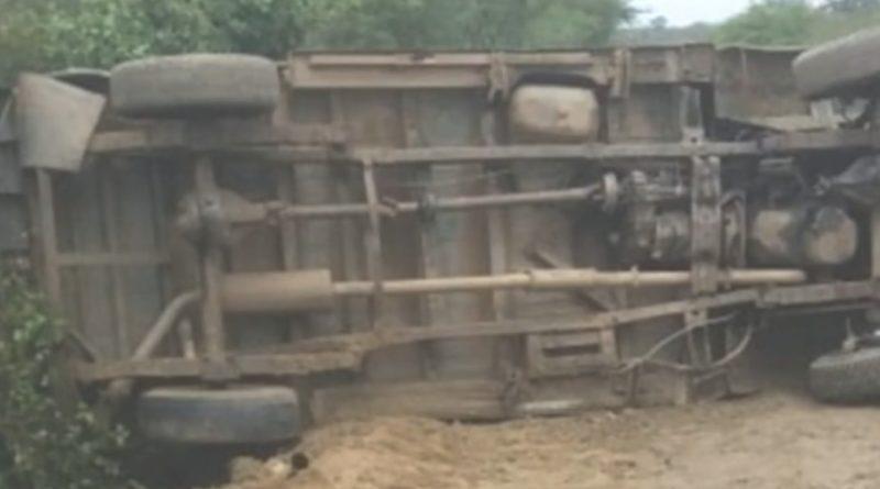 Micro-ônibus tomba com alunos no sertão de Pernambuco