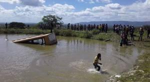 PE: ônibus escolar perde freio e cai em barragem