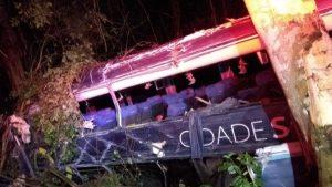 BA: Acidente entre carreta e ônibus da Cidade Sol deixa 5 mortos e 10 feridos na BR-101