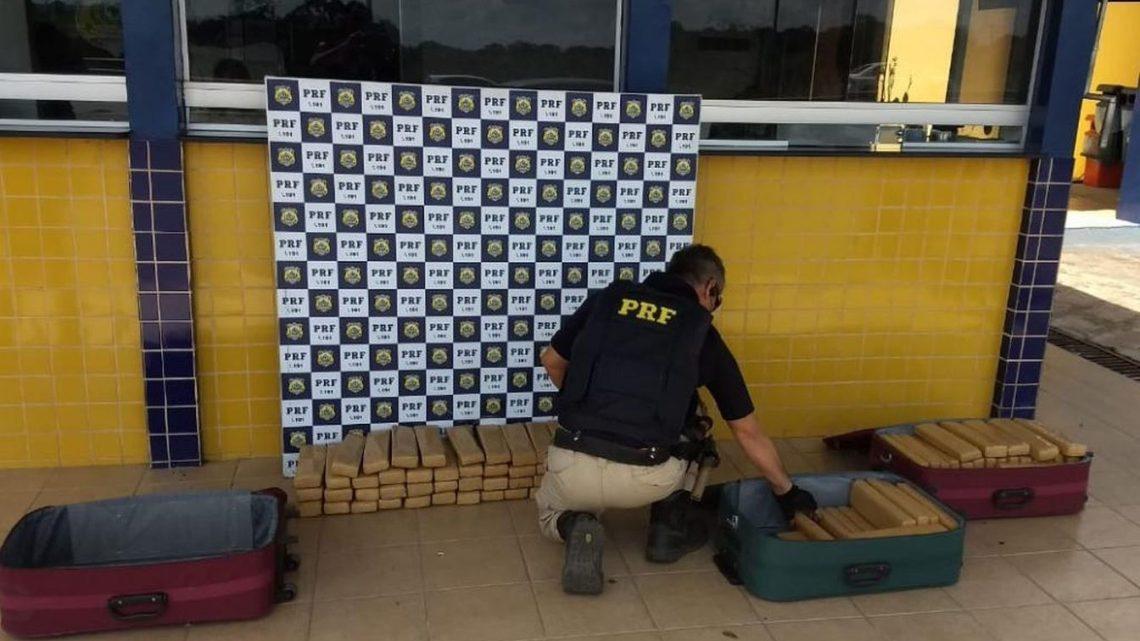 Casal acaba preso transportando 100 kg de maconha em micro-ônibus na Bahia