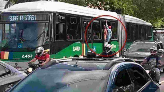 BRT do Recife circula lotado com porta aberta e passageiros pendurados