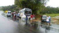 Ônibus roda na pista da BA-093 em Simões Filho com 30 a bordo