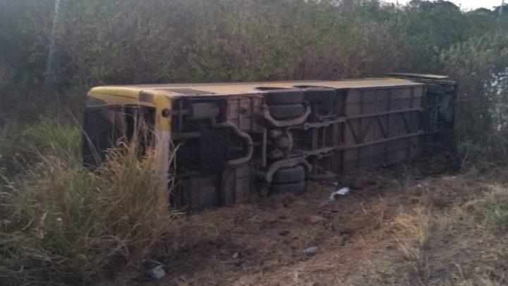 Acidente com ônibus rodoviário deixa quatro feridos na Grande Fortaleza
