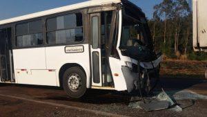 MS: Acidente entre duas carretas e ônibus deixa três feridos na BR-262