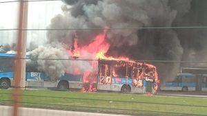 Ônibus do BRT Rio pega fogo na Barra da Tijuca