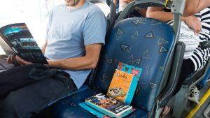 Em parceria com a Bienal,  BRT Rio vai deixar mil livros nos ônibus