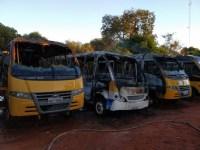 Micro-ônibus escolar são atingidos por incêndio durante a madrugada em Aquidauana
