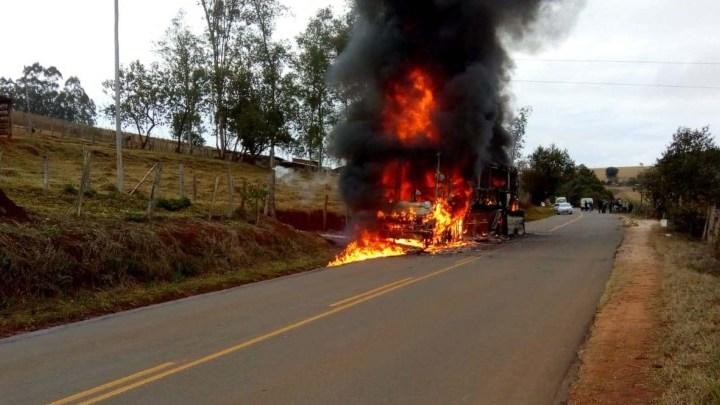 Ônibus pega fogo próximo a Muzambinho em Minas Gerais
