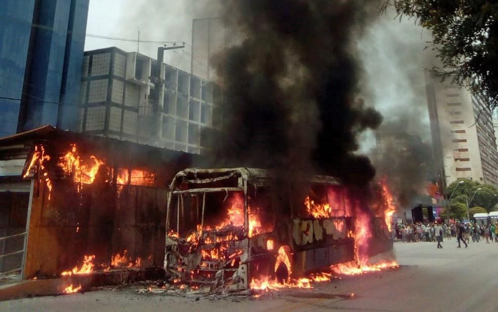 Ônibus pega fogo e acaba destruindo estação do BRT no Recife nesta tarde