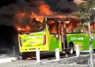 RJ: Ônibus da Viação Pendotiba é incendiado em Niterói após operação policial
