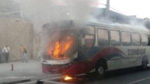 Ônibus pega fogo na Zona Portuária do Rio nesta manhã