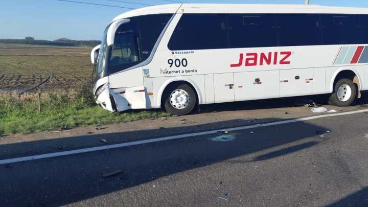 Acidente envolvendo carro carreta e ônibus deixa dois mortos na BR-290
