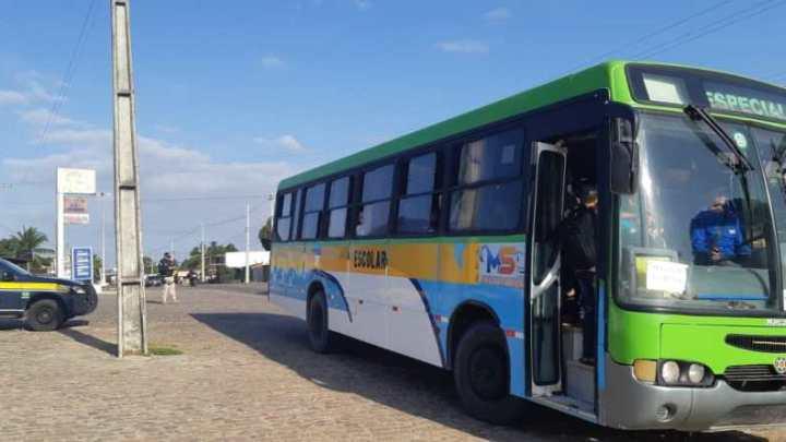 RN: Ônibus do transporte escolar são autuado na BR-406 por excesso de passageiros
