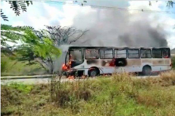 Ônibus urbano pega fogo em Caruaru