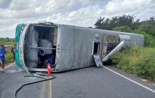 Ônibus da Transnorte tomba no interior da Paraíba
