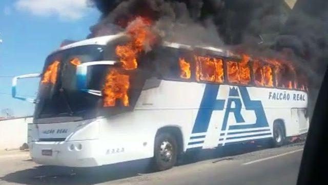 Ônibus da Viação Falcão Real pega fogo na Bahia