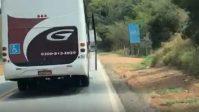 Ônibus da Expresso Gardenia circula com a porta aberta no Sul de Minas