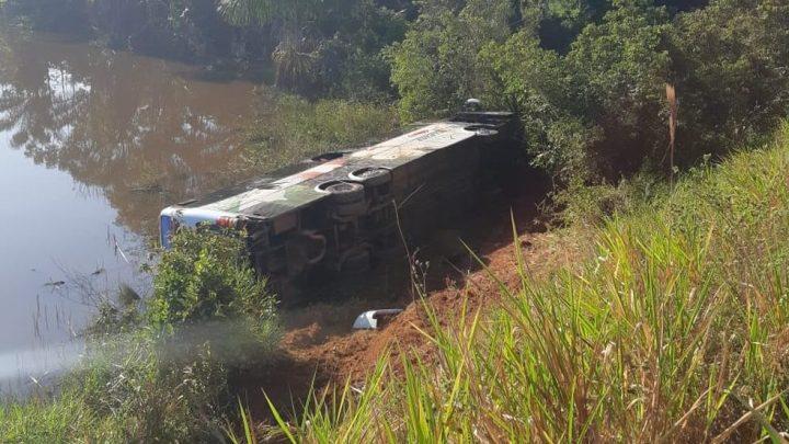 Ônibus da Eucatur tomba na BR-174 no interior de Roraima