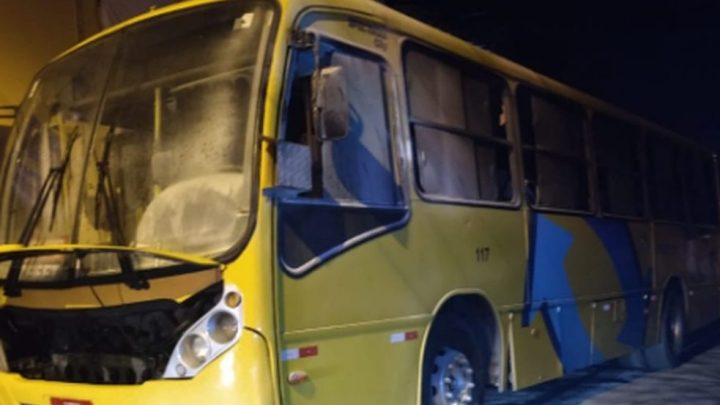 Ônibus é incendiado na noite deste sábado em Fortaleza