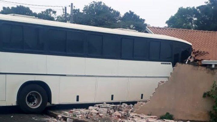 Ônibus rodoviário perde controle e invade casa em Londrina