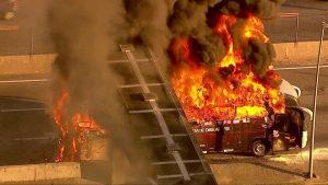 Ônibus pega fogo na Linha Amarela na Zona Norte do Rio de Janeiro