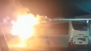 Ônibus pega fogo na Via Dutra em Nova Iguaçu na Baixada Fluminense