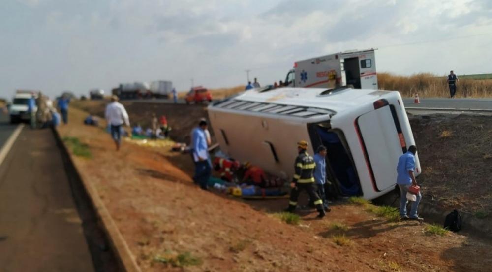 GO: ônibus tomba na BR-153 e deixa 22 feridos em Morrinhos