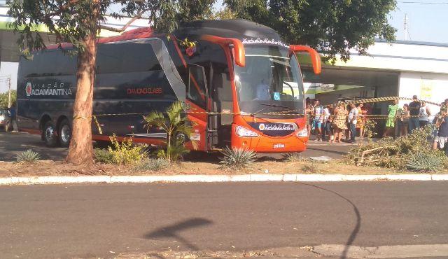 Ônibus desgovernado da Expresso Adamantina acaba matando mecânico em São Paulo