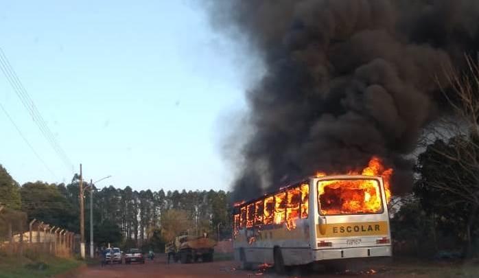 MS: ônibus escola acaba destruído após incêndio