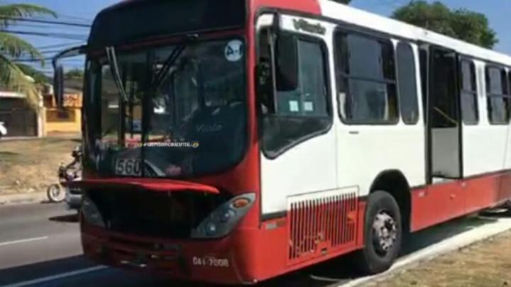 Ônibus pega fogo em Manaus nesta segunda-feira