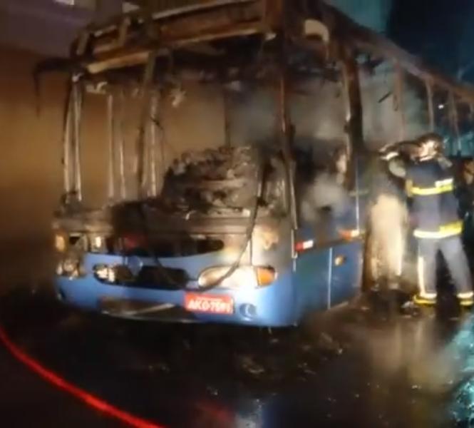 Ônibus urbano é incendiado no interior do Paraná