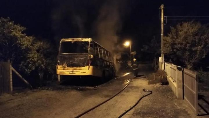 SC: micro-ônibus escolar pega fogo no Vale do Itajaí