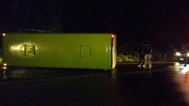 SC: Micro-ônibus tomba na BR-153 deixando dois feridos