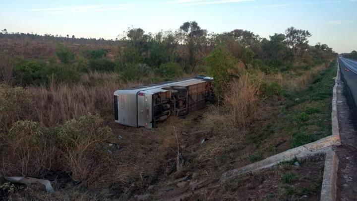 Ônibus tomba na BR-365 em Montes Claros deixando 4 mortos