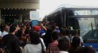 BRT do Recife segue super lotado e passageiros surfam em ônibus