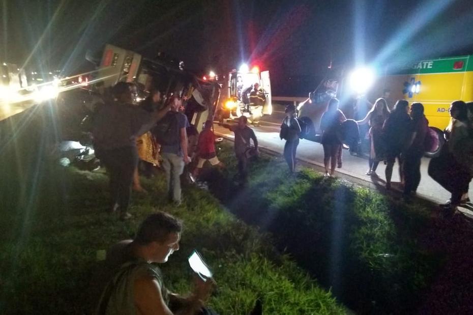 MG: ônibus tomba na Fernão Dias deixando 31 feridos no Sul de Minas