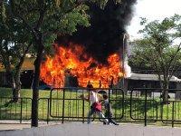 Ônibus biarticulado pega fogo em São Paulo e bloqueia faixas da Avenida Senador Teotônio Vilela