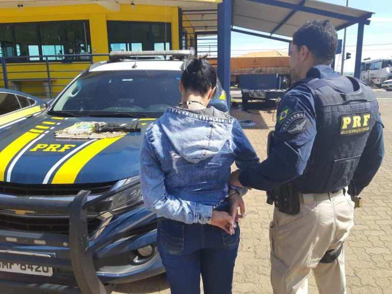 PRF prende mulher transportando arma e munição em ônibus na BR-365