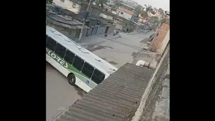 RJ: Bandidos atravessam ônibus como barricada em Belford Roxo