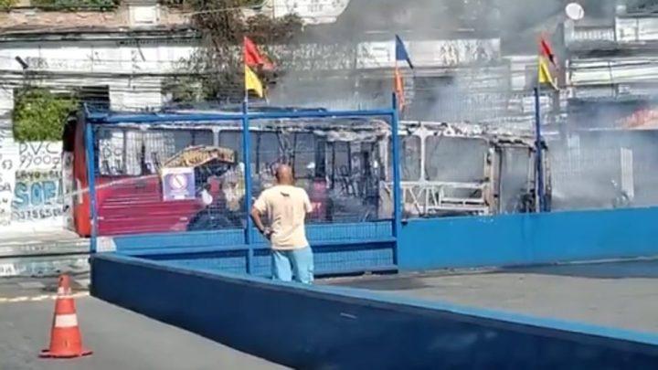 RJ: Ônibus pega fogo na tarde deste sábado em Niterói