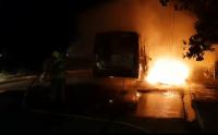 Vídeo: Bandidos incendeiam micro-ônibus em Porto Velho