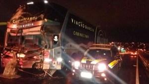 Acidente entre caminhão e ônibus da Viação Garcia deixa 8 feridos na BR-376
