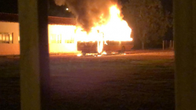 MT: Adolescente de 12 anos incendeia ônibus e 2 carros