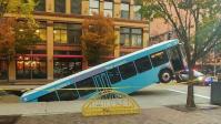 EUA: ônibus acaba engolido por buraco e passageira fica ferida