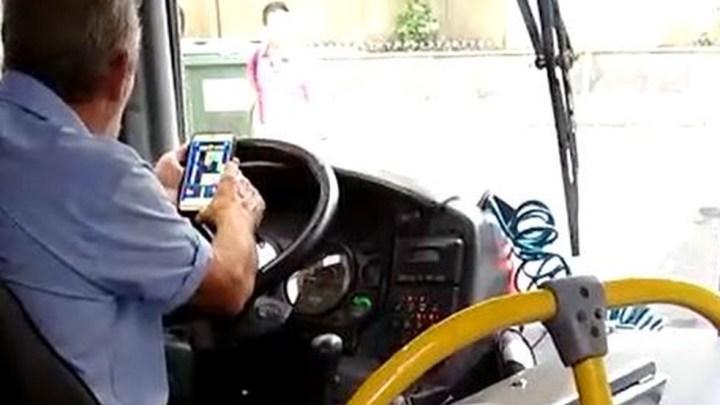 Motorista de ônibus de Campinas é flagrado jogando no celular
