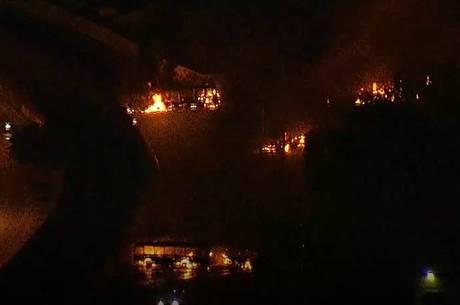Rio: Tiroteio em Costa Barros deixou 7 ônibus incendiados