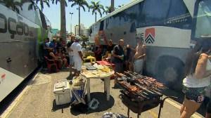 Turistas improvisam refeições no pátio da Basílica de Aparecida